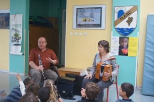 Paul et Pascale avec les enfants de l'école de Fléac